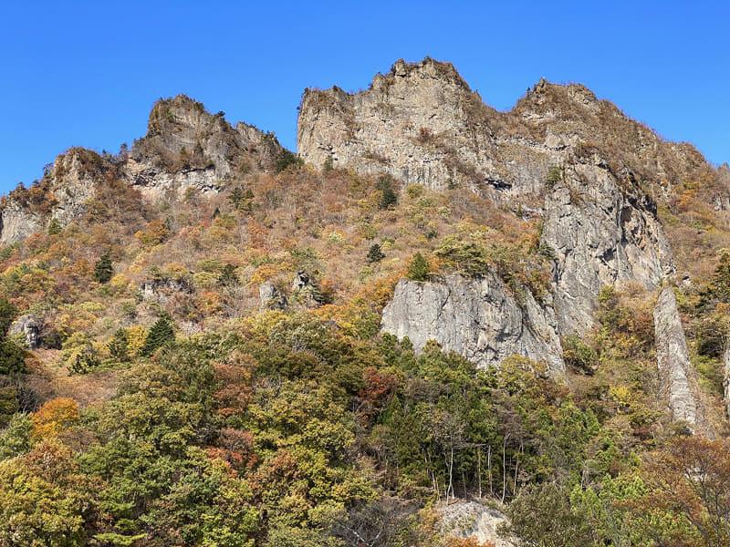 確かに「奇景」かもしれません。上るともっと凄い光景だとか。ちょっと紅葉には早かったですが、眺めていて飽きない山ですね~