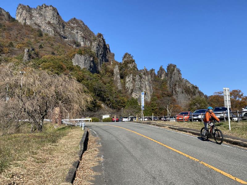 駐車場にある売店の方が「今年は紅葉が遅いのよ~。でも凄いでしょ」と話す妙義山を見物したら、その周辺をe-bikeサイクリング!