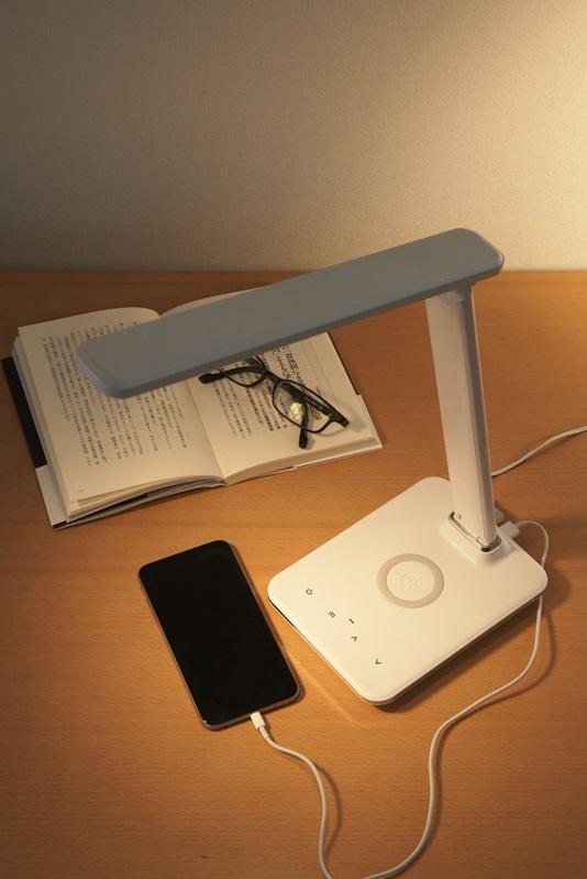 スマホのワイヤレス充電ができるほか、2.1AのUSBポートも搭載。カラーは黒と白の2色