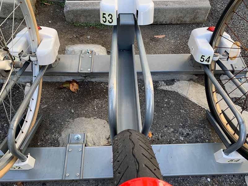 タイヤが太く安定感はありますが、スタンドにつっかえてしまうので要注意