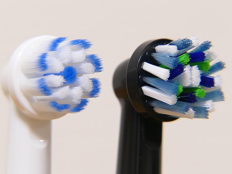 0.01mmの極細毛の「やわらか極細毛ブラシ」と、毛先が16度に傾き、的確に歯垢に届いて除去する「マルチアクションブラシ(ブラック)」を付属