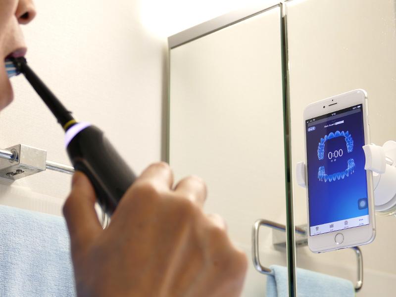 アプリの入ったスマホを鼻の高さに設置してブラッシング開始。本体のスイッチを入れると歯の画面が自動的に立ち上がる