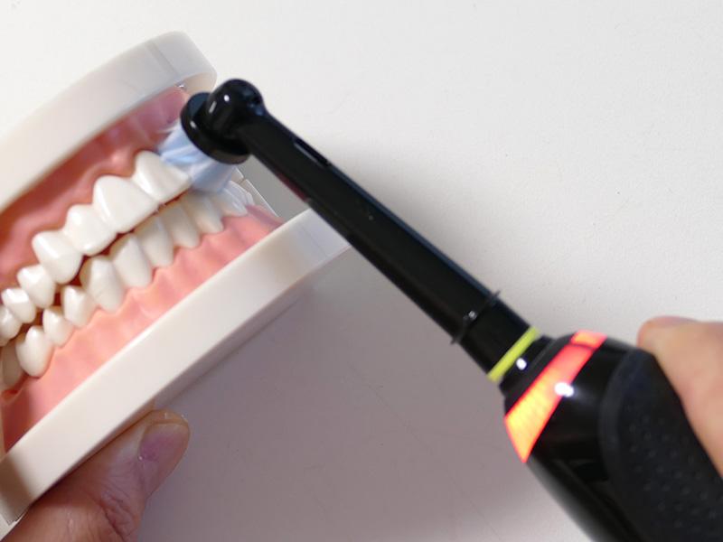ブラシを押し付けすぎると、本体のスマートリングが赤く光る