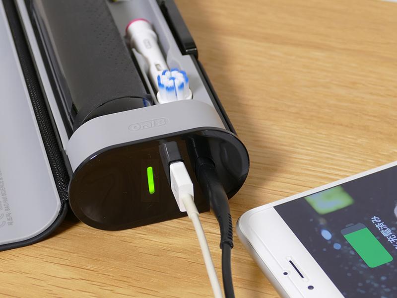 トラベルケースは本体の充電だけでなく、スマホの充電が同時にできるUSB端子も供える