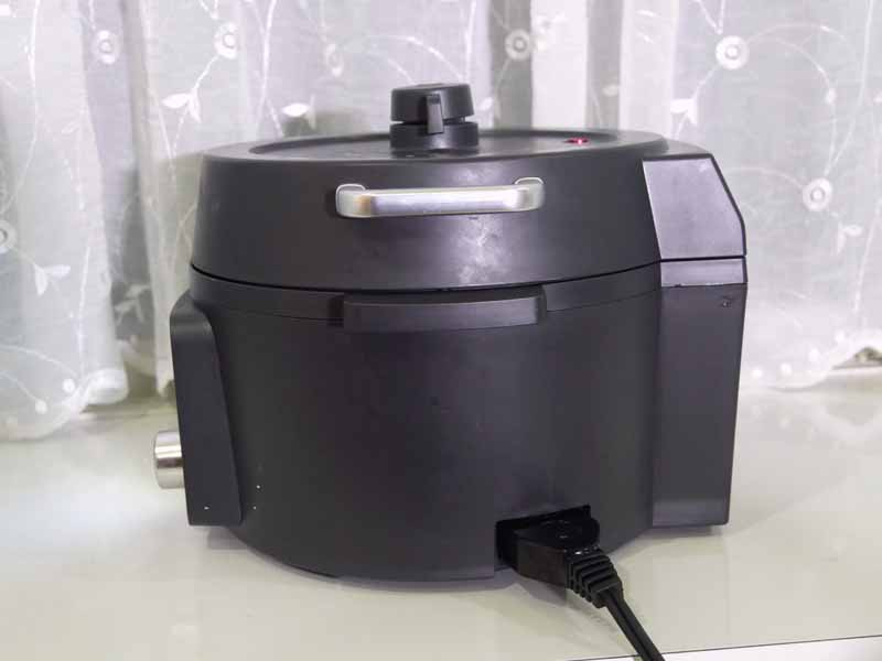 横からみたところ。電気圧力鍋は背の高いものが多いが、背が低い
