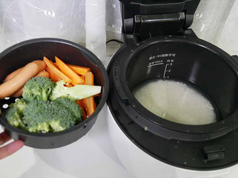 2段調理ができる。上のトレイは基本的に蒸し料理用。