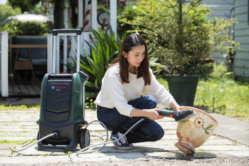 Fontusの使用イメージ。庭先などでちょっとした汚れ物を洗えるという機能性です。ガーデニングなどに向きそう