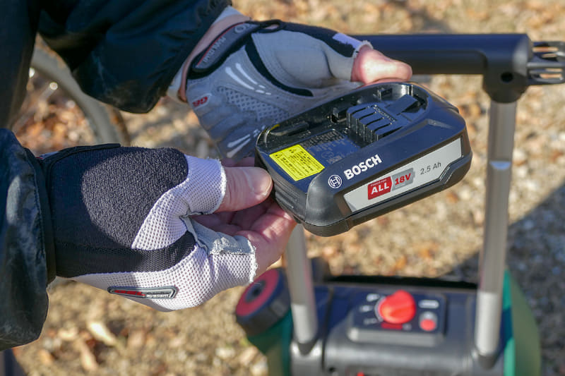 バッテリーはボッシュの電動工具用18Vシリーズ。バッテリーを電動工具と共用できるというわけです