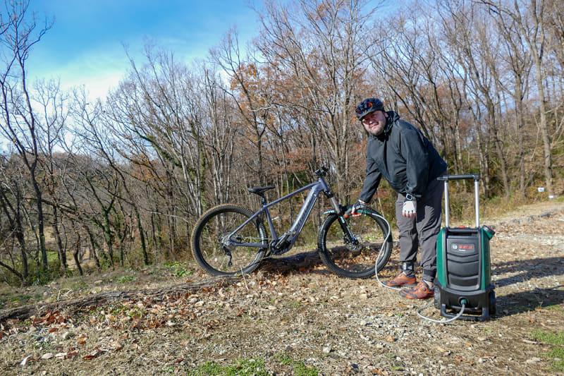 「マジすかコレ。本気で欲しいんですけど」と感嘆中の筆者。ともあれ、このような「な~んにもない山の中」であったとしても自転車洗えちゃうってスゴくないスか?