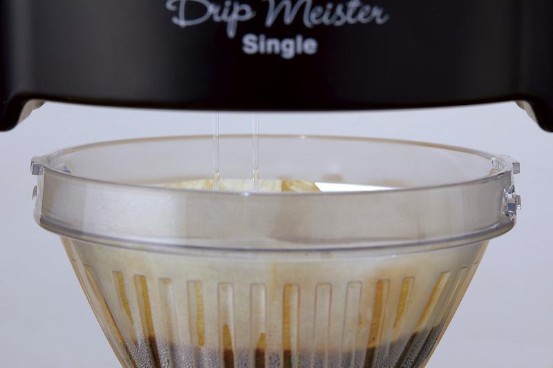 タンクがゆっくりと自動回転し、一定の速度でお湯をコーヒー粉に注げる