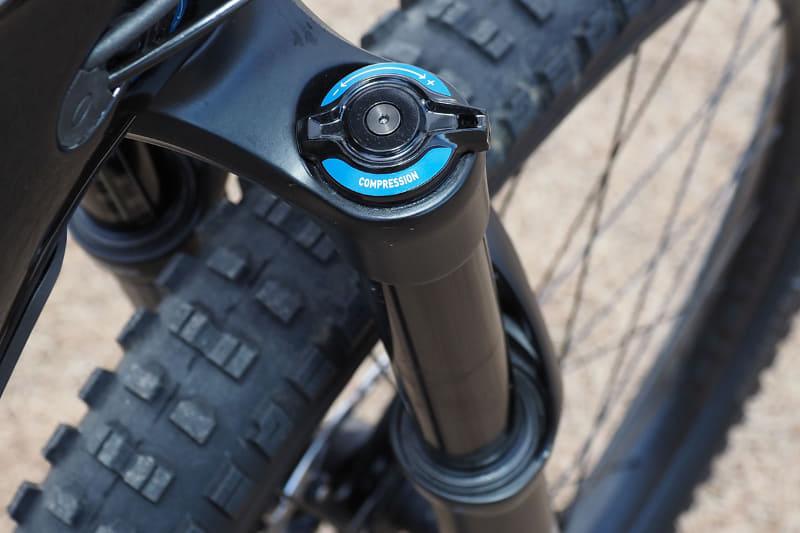 フロントサスペンションはRockShox Yari RCで、トラベル量は160mm。大きなギャップでも難なく衝撃を吸収してくれます。コンプレッションも手軽に調節でき、サスペンションが縮むスピードを容易に変えられます