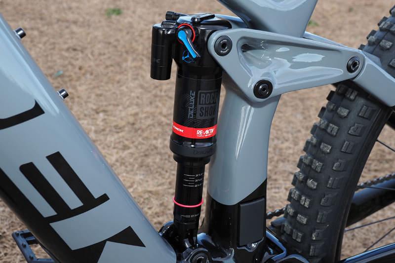 リアサスペンションはRockShox Deluxe RL(230×57.5mm)で、トラベル量は150mm。リバウンド量などの調整も容易に行なえます。路面変化への追従性が高いトレック独自のThru Shaft搭載RE:aktivダンパーを採用