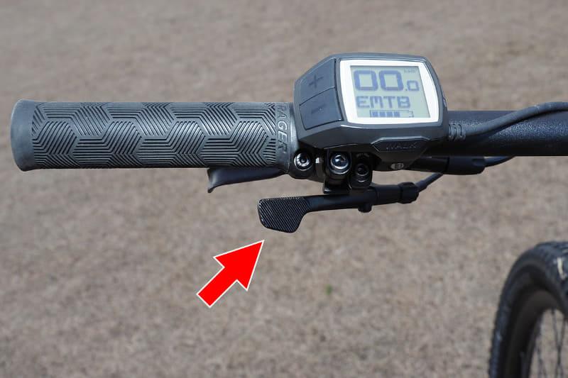ドロッパーシートポストを搭載しており、サドル高を瞬時に変えることができます。高さ調整時に使うレバーはハンドル左側