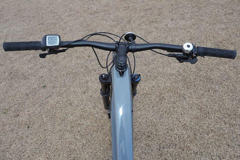 ハンドル幅は78cmで、左ハンドル右側にドライブユニットのコントロール用のPurionディスプレイが装着されています
