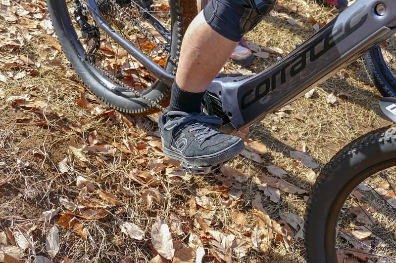 パンプトラックにはこんな凸凹が連続していますが、この凸凹を越える時に重心から自転車を前に押し出すような感覚で体を使うと加速していくそうです。重心は意識しないと前にかかりがちなので、足をこんな感じでペダルに乗せるといいそうです
