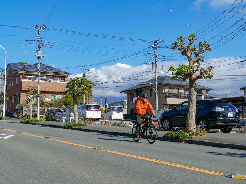 富士宮市内をFUJIのe-bikeでサイクリング。天気が良くて快適です。……富士山は山頂しか見えてないけど