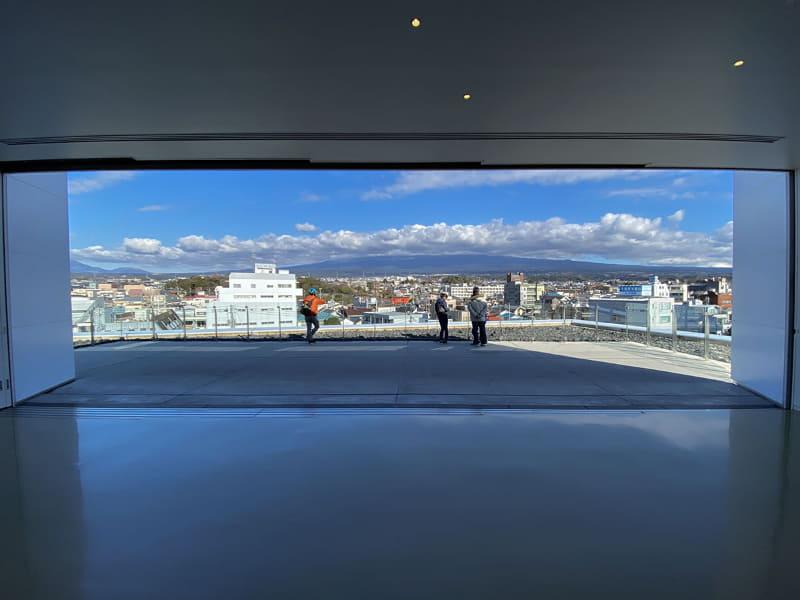 """でもやっぱり、せっかく晴れてるんだから富士山をガッツリ眺めたいな〜。ということで、<a href=""""https://mtfuji-whc.jp"""" class=""""n"""" target=""""_blank"""">「静岡県富士山世界遺産センター」</a>へ。実はココの最上階にある展望ホールから、富士山全体をズガーンと眺めることができるんです……晴れていて雲がなければ"""