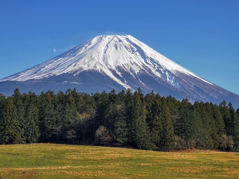 """あさぎりフードパーク内にある高台。富士山撮影スポットになっています。この真横には、有料のドローン飛行場<a href=""""https://asagiri-foodpark.com/71444/ドローン/"""" class=""""n"""" target=""""_blank"""">「富士山スカイグラウンド」</a>があり、富士山をバックにドローン飛行・空撮を楽しめます"""