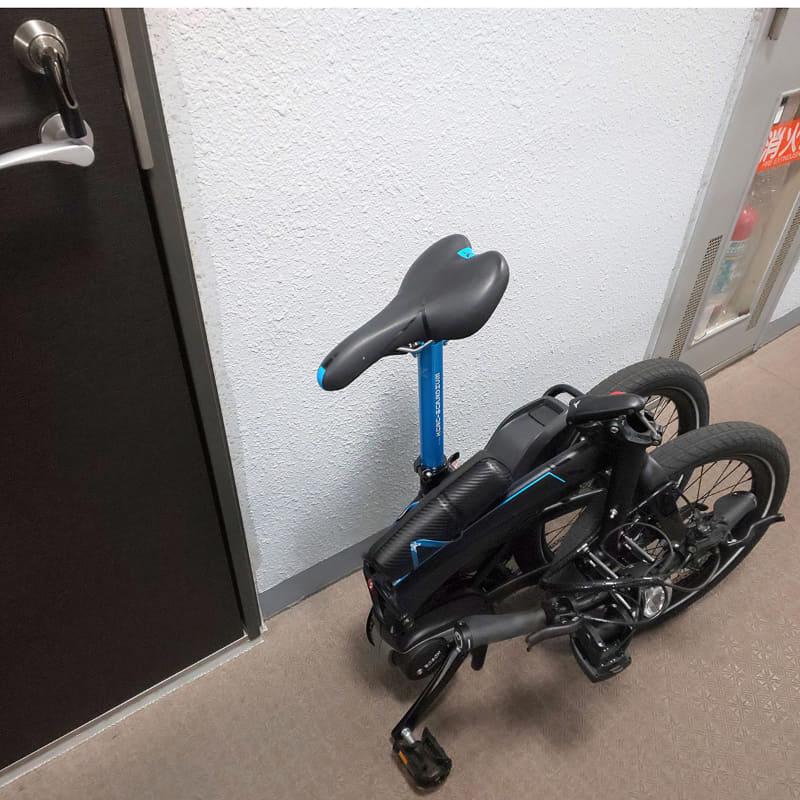 ケータイ Watch編集部 細田は、マンションの入り口で折りたたんで、廊下ではタイヤを転がして運んで部屋に収納しているそう