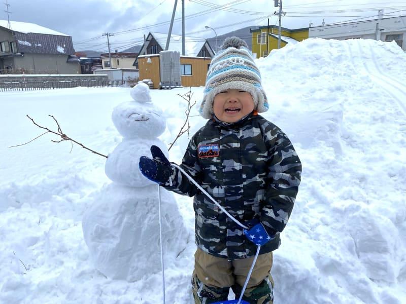 息子、なんか変な顔なのでそのまま掲載。雪だるまに似てる。