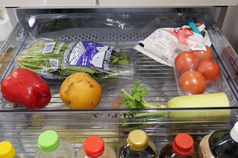 真ん中にある野菜室を開けたところ。スライドケースに小物野菜が置ける