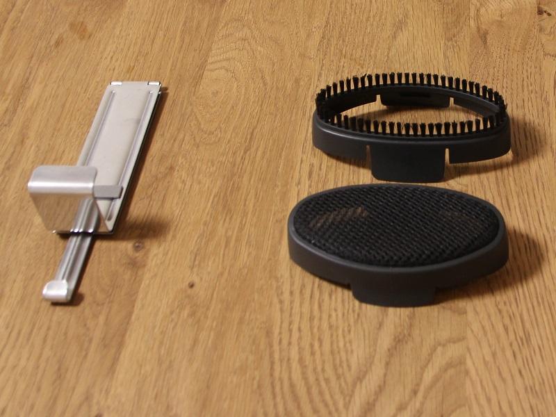 付属品。右上から時計回りにブラシアタッチメント、ヘッドカバー、ドアフック