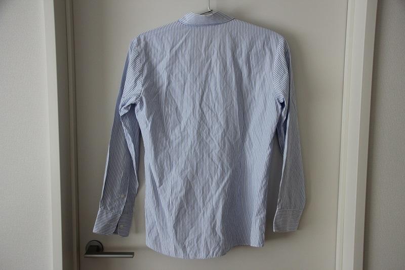 シワシワのシャツにスチームを当てる