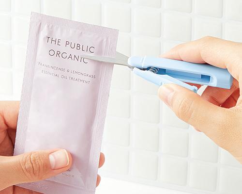 透明なフッ素コートを刃全体に施し、小分け化粧品袋の開封にも便利