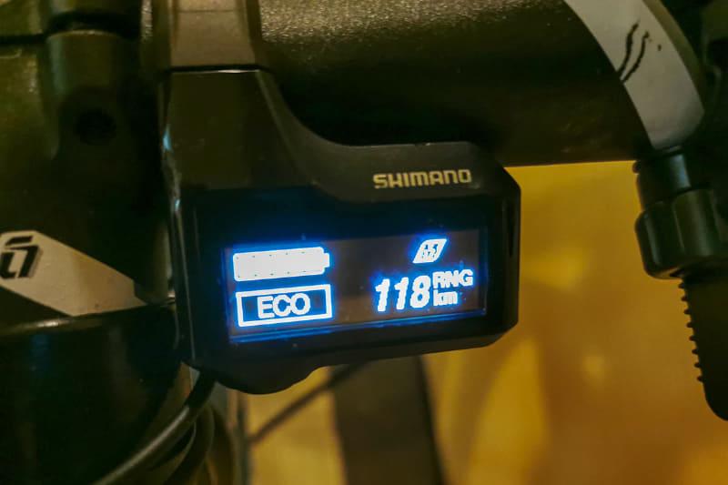 左がメリダ「ePASSPORT 400 EQ」、右がミヤタ「ROADREX 6180」のサイクルコンピューター。電源を入れると、どちらもカタログより長距離の表示。多いに越したことはない