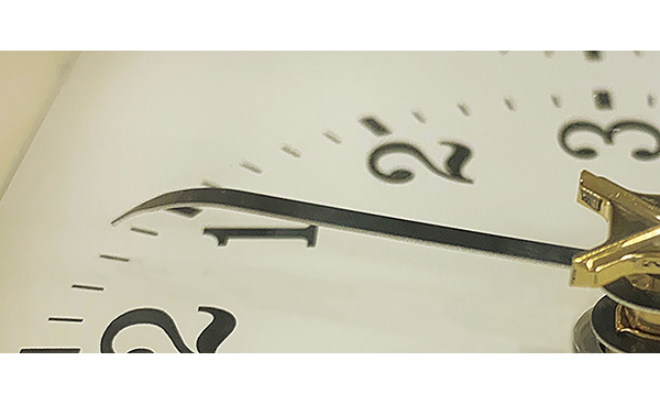 分針は文字板側に曲げた形状で、時計を斜めから見ても針が指す位置が明確にわかる