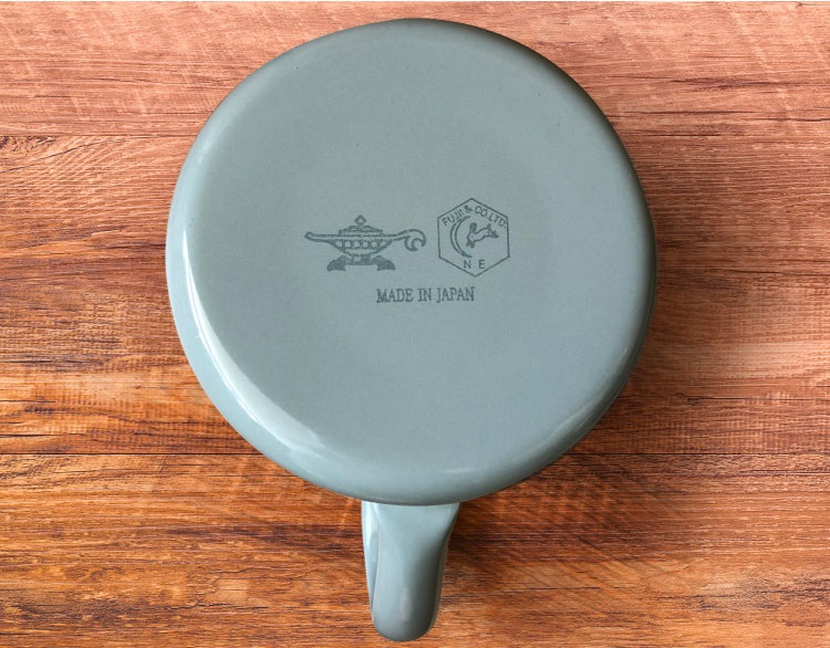 第1弾ではアラジングリーンを採用。本体側面にトレードマークの「月兎印」のシールと、アラジンブランドのアイコンであるランプマークのシールを貼り、底面にブランドロゴを刻印している