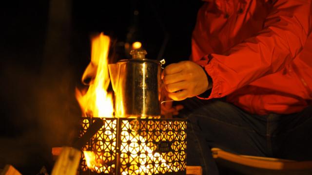 火を灯すとデザインが幻想的に浮かび上がる