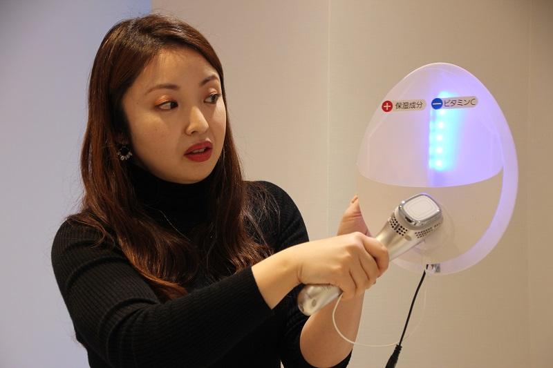 保湿モードではイオンヘッドがプラスに、ブライトニングモードではマイナスに帯電する