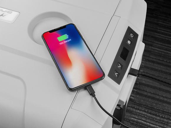 USBポートを2つ搭載。スマホやタブレットなどを充電できる。