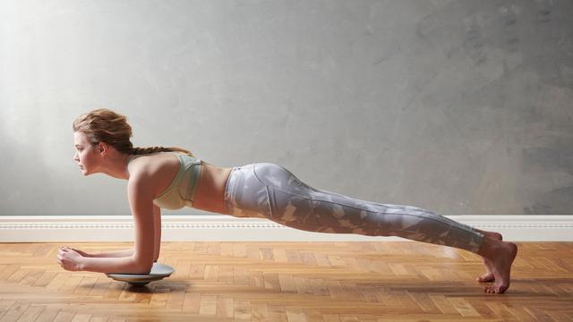 プランク姿勢をキープして体幹にアプローチ