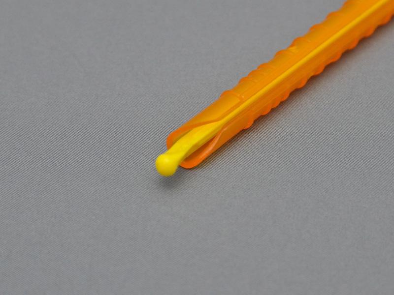 切り込みの入った直径1cmほどのパイプに、内部にすき間がわずかにできるほどの芯棒が入る構造となっている