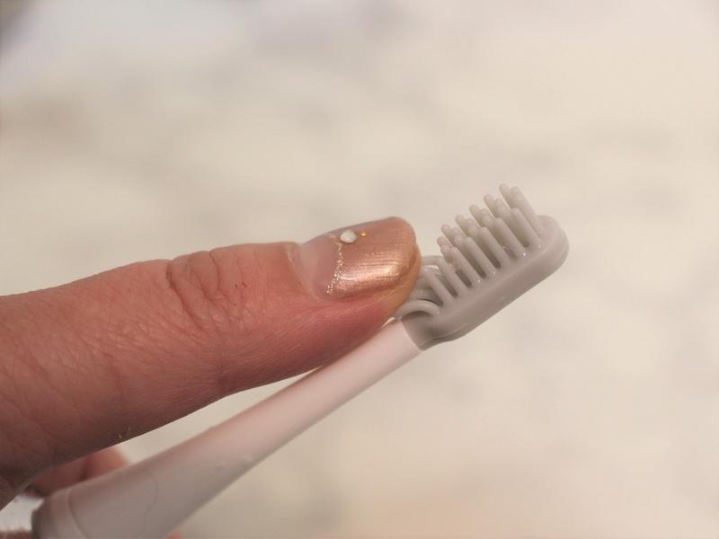 使うのは、「シリコンブラシ」。歯ブラシのような形状ですが、弾力あるシリコンでできています