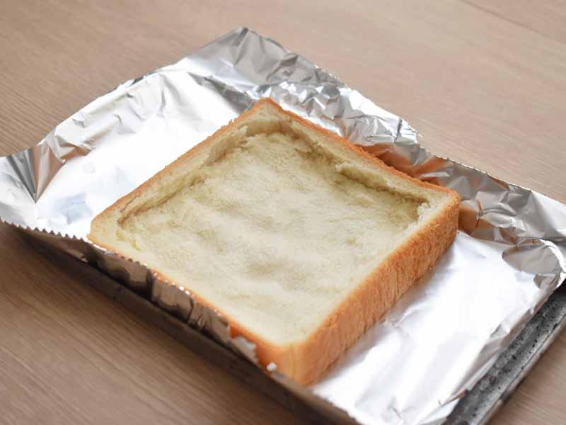 具材があふれださないように、食パンの中央部分をしっかりと押さえます