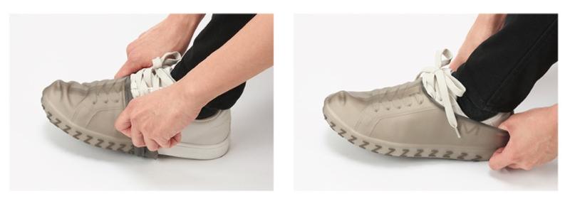 履いている靴のつま先からカバーをかぶせ、爪を立てないようにかかとまでかぶせていく