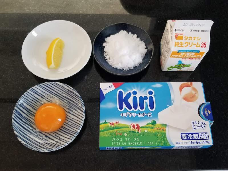 材料は、クリームチーズ100g、生クリーム80ml、砂糖30g、卵黄、レモン汁小さじ2杯。ゼラチンは品薄で手に入らなかったから省略して試してみた
