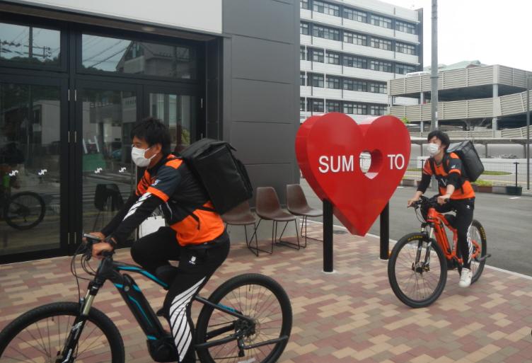「XM1」と「XM2」でデリバリーするFC淡路島の選手たち