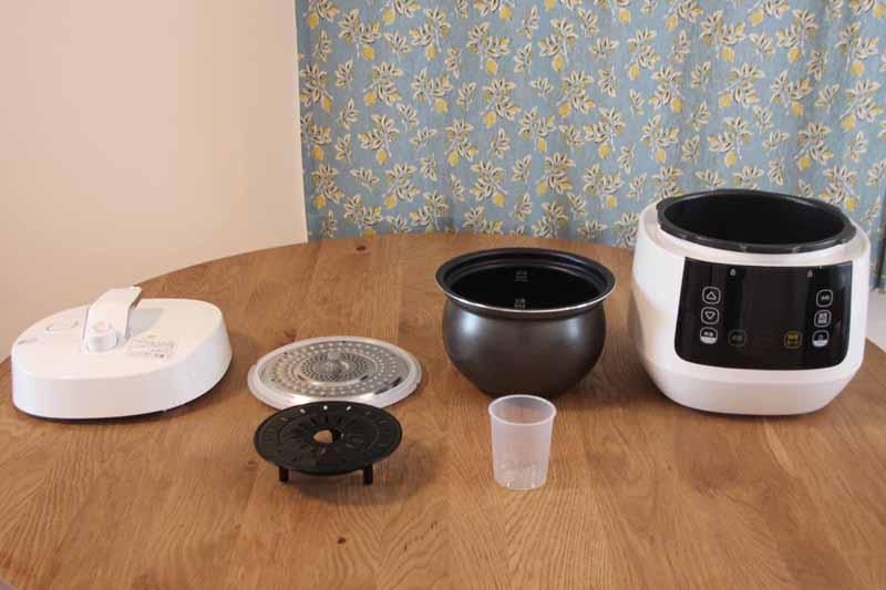 左上から時計回りにフタ、内フタ、内なべ、本体、炊飯用カップ、蒸し台