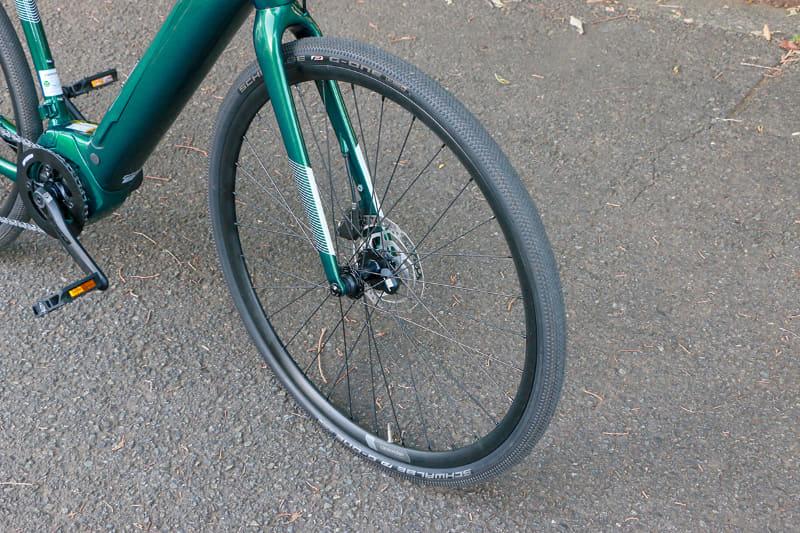 ホイールは前後とも700Cサイズでタイヤ幅は35C。シュワルベの「G-One Allround Performance」を履いています