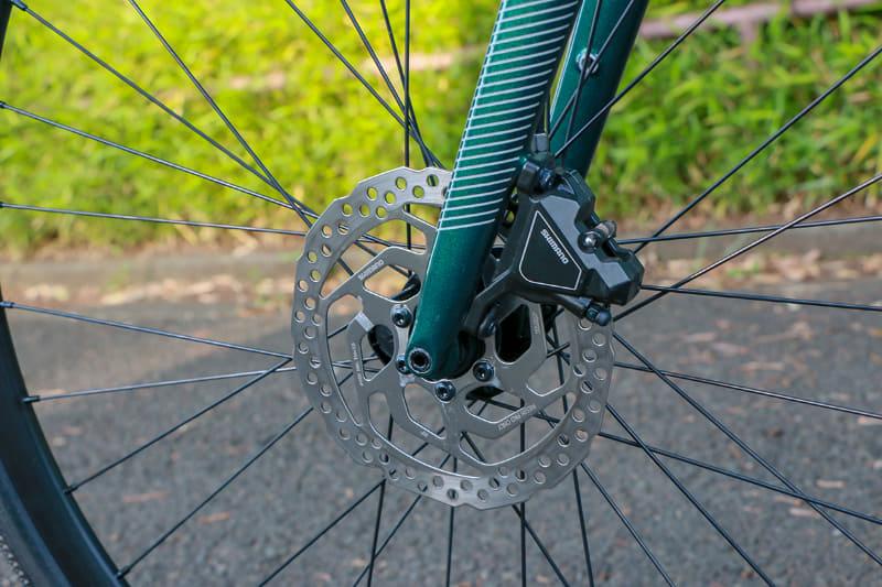 前後輪ともシマノの油圧式ディスクブレーキを採用。ローター径は160mmです