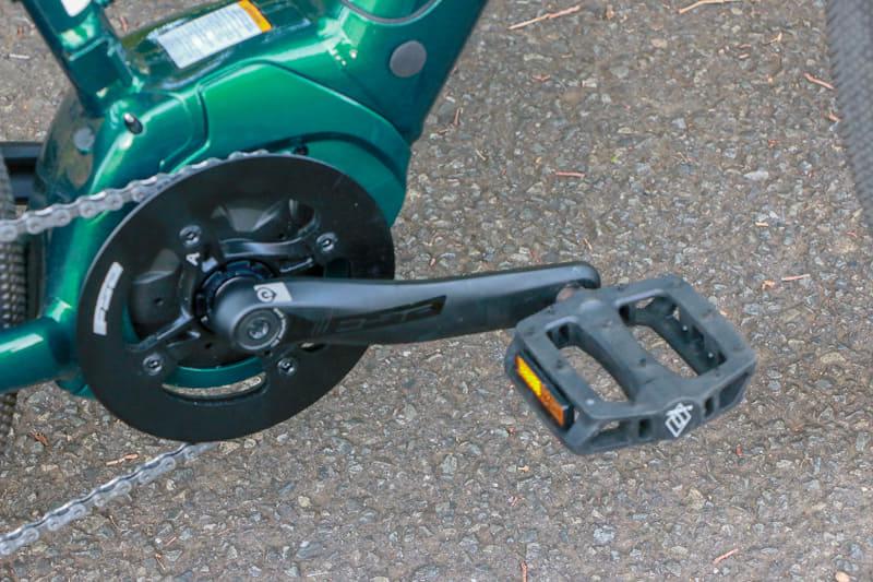 ペダルはプラスチック製で踏面の大きなものが装備されています