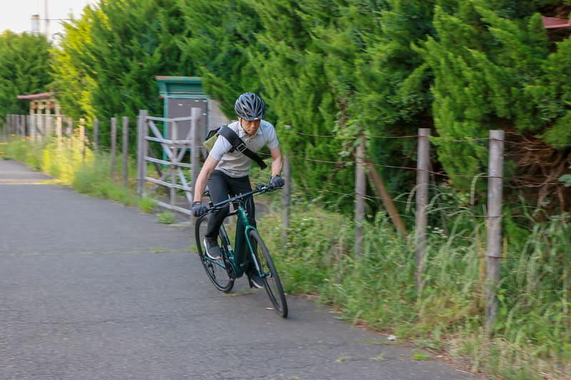 普通のe-bikeだとあまり立ち漕ぎをすることはないのですが、幅広のハンドルが押し引きしやすいこともあって、立ち漕ぎをしたくなる不思議なe-bike