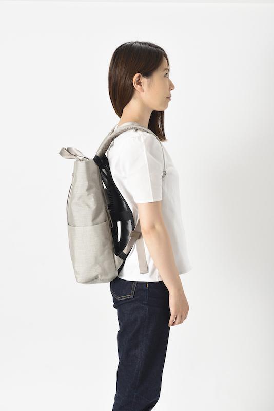 バックパックと背中の間にハンディファンを取り付けられる