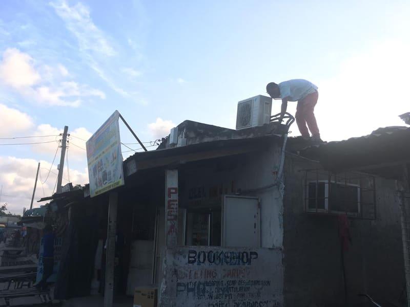タンザニアでのエアコン設置の様子