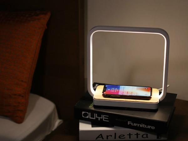 Qi規格に対応したスマートフォンやスマートウォッチなどを、スタンドに置くだけで充電できる