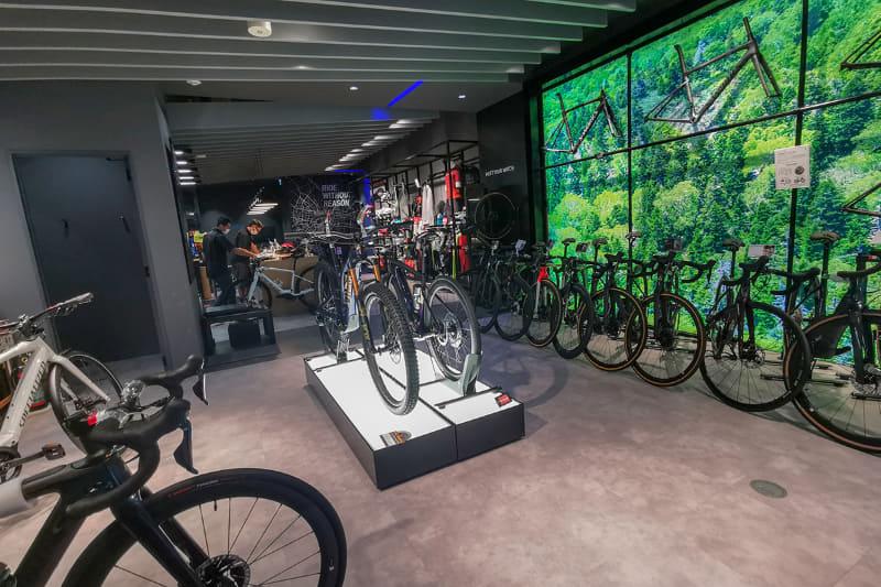 店内には多数のe-bikeの展示が